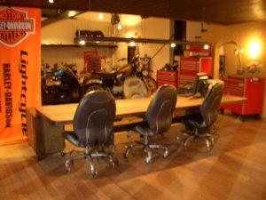 大型テーブルとキャスターワゴン