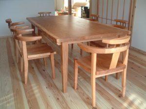山桜ダイニイングテーブルとアームチェアー