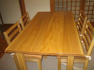 無垢接ぎ板のダイニングテーブル