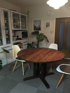 ブラックウォールナットの丸テーブル