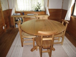 無垢丸テーブルとダイニングチェアーE
