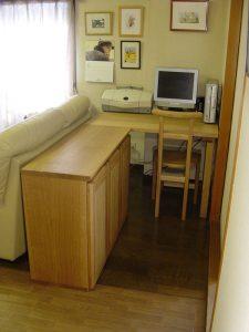 キャビネットとデスクと椅子