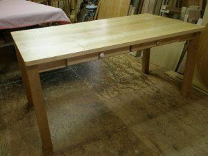 引き出し4つ付き(片側に2個ずつ)のダイニングテーブル