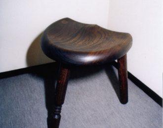 三本脚椅子