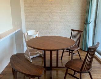 丸テーブル、丸いベンチ、スピンドルチェアー